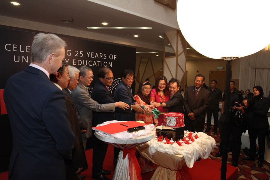 The Chief Minister and other dignitaries cutting the 25th anniversary cake