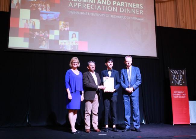Jasman Chai Yi Hao accepting the Anugerah Graduan Cemerlang Yayasan Sarawak award from Tuan Haji Azmi (2nd left). They are flanked by Professor Kristjanson (left) and Professor Wilson (right).