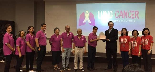 Prof. Su Hieng Tiong, Dean of Faculty of Engineering, Computing and Science (FECS) (4th from right) presents token of appreciation to Society of Cancer Advocacy & Awareness (SCAN) accompanied by Dr. Hwang Siaw San, Head of School of Chemical Engineering and Science (3rd from right), Dr. Irine Runnie Henry Ginjom, Biotechnology Discipline Leader (2nd from right), and Dr. Chew Jiuan Jing, Chemical Engineering Discipline Leader (far right).
