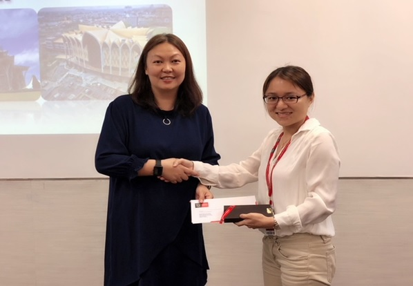The lecturer of Engineering Project Management, Chai Pui Ching presented the souvenir and appreciation letter to the guest speaker Ir. Sim Hui Kheng.